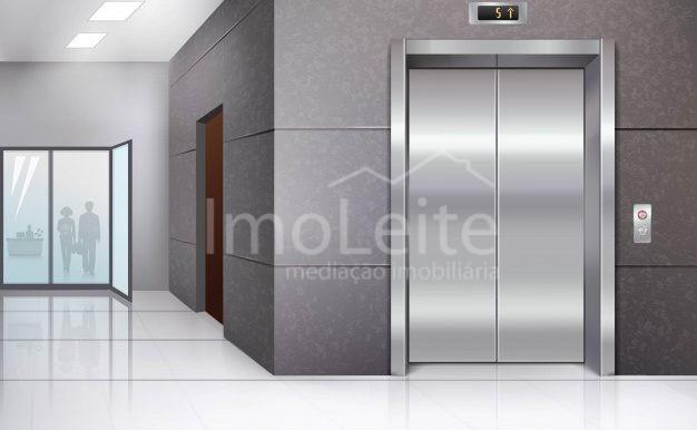 salao-do-predio-de-escritorios-com-piso-brilhante-e-porta-do-elevador-de-metal-cromado_1284-8146